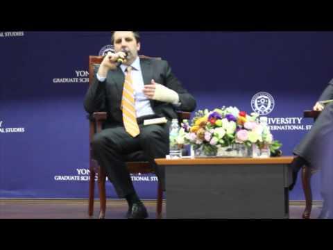 Посол США в Южной Корее М.Липперта в университете Ёнсе