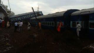 Equipes de resgate retiravam passageiros presos entre as ferragens do trem que descarrilou no sábado na Índia. Pelo menos 23 pessoas morreram e mais de 150 ficaram feridas.*** ATENÇÃO EDITORES: IMAGENS DE PESSOAS MORTAS.