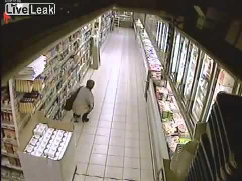 E pabesueshme! Shiko qfar ben kjo grua ne super-market.. vertet turp (Video)