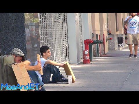 不知情的街友看著假扮街友的男孩獲得路人善待,自己卻被羞辱後…他竟還這樣對男孩!