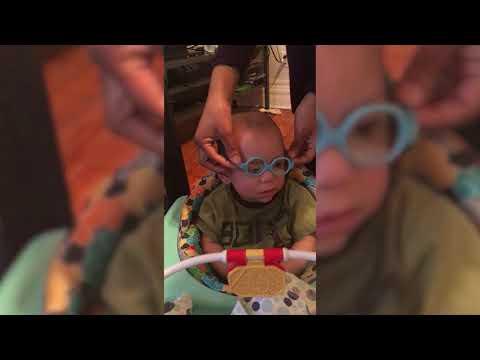 Vauva saa ekat silmälasit – Katso söpö reaktio