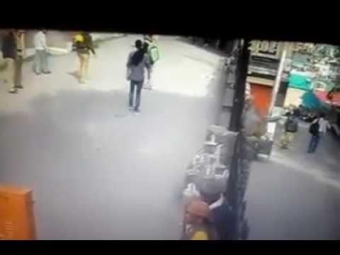 向猴子做侮辱手勢,印度男被超級飛踢攻擊!