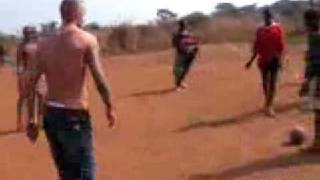 David Beckham überrascht Hobby-Kicker in Sierra Leone