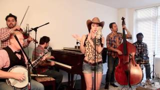 Bluegrass Barn Dance videoclip Blurred Lines (Robin Thicke Cover)