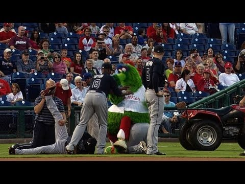 Video: Braves players go Phanatic tipping