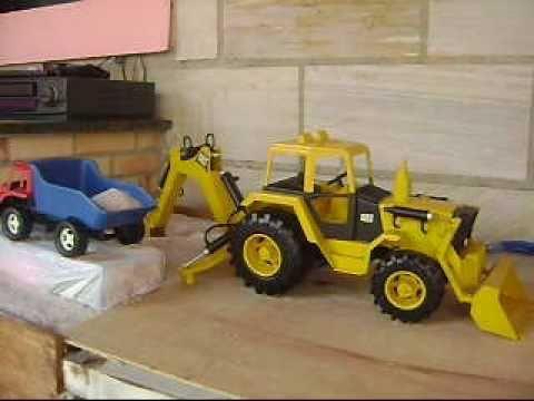 Retroescavadeira de brinquedo com Braço hidráulico (Dozer / hydraulic arm)