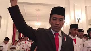 Presiden Joko Widodo mencicipi kopi khas Kintamani, Bali di Istana Negara, Jakarta pada Selasa (15/8/2017). Bagaimana rasanya menurut Presiden?Mari simak videonya...(KOMPAS.com/FABIAN JANUARIUS KUWADO)