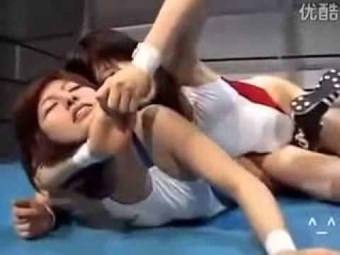 這是在摔角還是再演床戲呢?