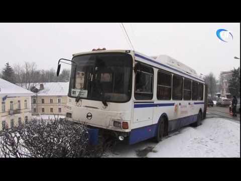 Пассажирский автобус едва не сорвался с моста Александра Невского