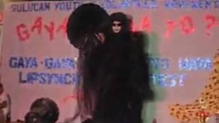Em um evento de política na Filipinas, um concurso de talentos chamou a atenção e assustou a maioria do público presentes (crianças). Uma menina participante...