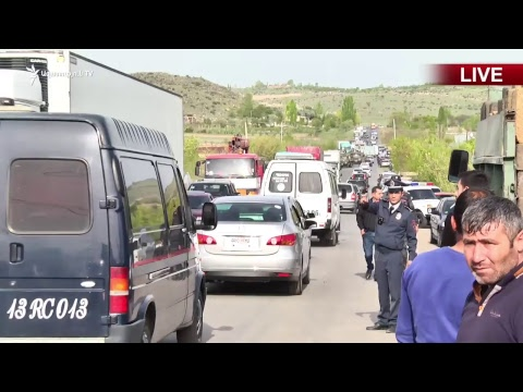 Բեռնատարի վարորդները փակել են Երևան-Գյումրի մայրուղու Ուջանի հատվածը - DomaVideo.Ru