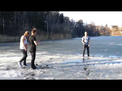 Ett gäng killa leker på tunn is