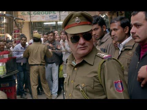 Vinay Pathak collects the cash bag - Bajatey Raho