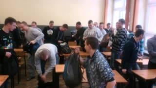 Wyj*bał drzwi z buta w klasie! Polscy uczniowie znudzeni czekaniem na nauczyciela!