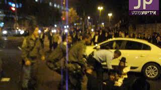 תיעוד מזעזע: מפקד משטרה מושך צעיר חרדי בפאותיו וגורר אותו על הרצפה