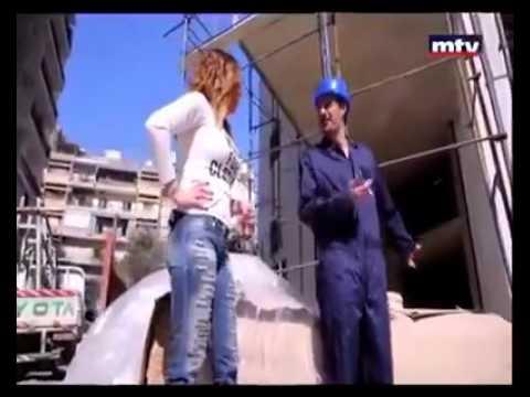 امرأة تستغل أنوثتها لتنجز أعمال البناء الشاقة