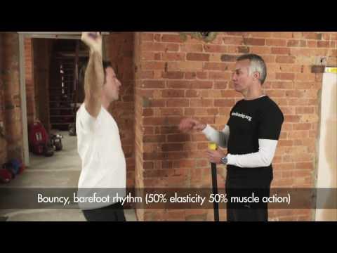 Ako správne behať? Pozrite sa na video spopredným barefoot trénerom Leeom Saxbym.