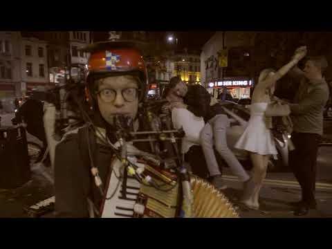 Yhden miehen bändi vetää melkoiset setit kadulla!
