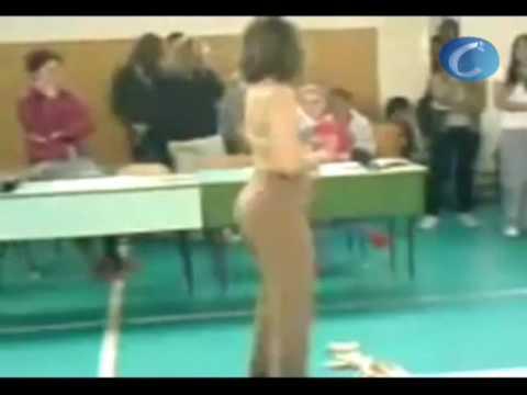 Video Una profesora alemana realiza un 'striptease' para sus alumnos de 15 años de edad download in MP3, 3GP, MP4, WEBM, AVI, FLV January 2017