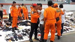Video Tangisan Ayah Korban saat Temukan Sepatu Hitam Anaknya di Posko Evakuasi Lion Air JT610 MP3, 3GP, MP4, WEBM, AVI, FLV November 2018