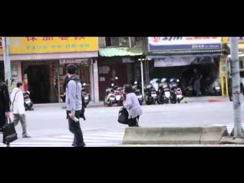 這個老奶奶過馬路時瘋狂顫抖似乎很害怕車子,結果台灣人竟然做出這個舉動…連外國人都讚嘆不已!