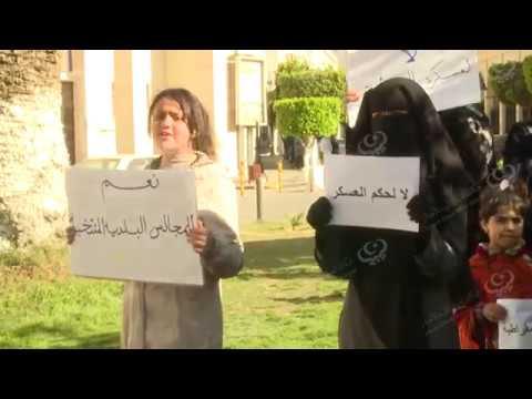 عدد من أهالي بنغازي المهجرين ينظمون وقفة احتجاجية بطرابلس