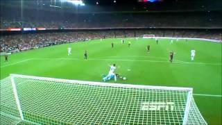 O melhor do futebol em: http://realcaqui.com/Victor Valdes tenta dribla Di Maria e acaba perdendo a bola por falta de habilidade. Como um goleiro desse nível consegue jogar no Barcelona ?