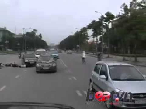 Dân tổ chán đời phi xe máy húc đầu ôtô