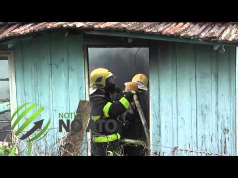 Casa pega fogo enquanto caseiro dormia 'tranquilamente'