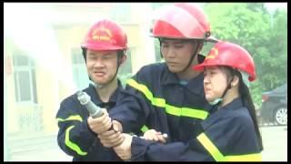 Học viên khóa học kỳ quân đội trải nghiệm kỹ năng phòng cháy chữa cháy