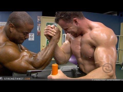 due uomini muscolosi si sfidano a braccio di ferro