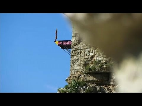 Ιταλία: Βουτιές από τον γκρεμό που κόβουν την ανάσα!