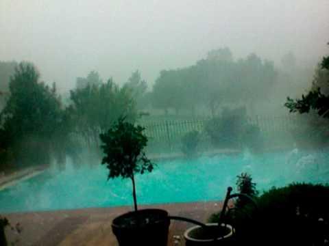 男子剛開始拍攝家中的泳池時還沒什麼特別,但幾秒之後出現在水中的畫面讓大家都驚呼:「我的天啊」!