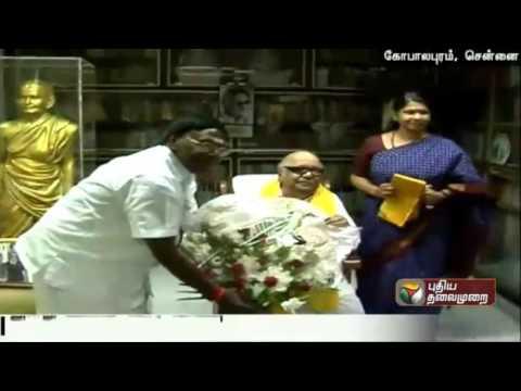 Puducherrys-Chief-Minister-designate-Narayanasamy-meets-DMK-leader-Karunanidhi-at-his-residence