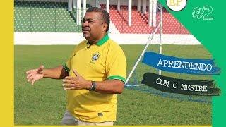 Nessa nova aula da série aprendendo com mestre o Professor Betinho ensina alguns dribles, usando os movimentos do Samba, a essência do gingado do Brasileiro.