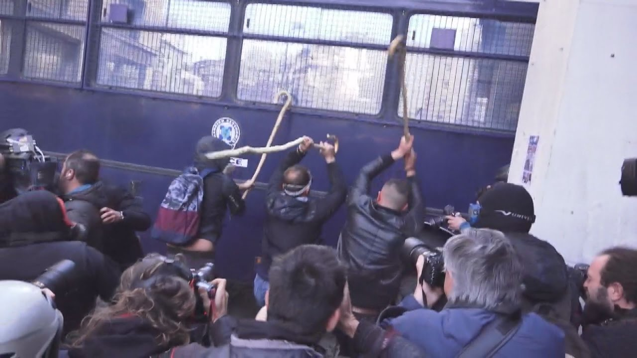 Συλλαλητήριο αγροτών της Κρήτης: Επεισόδια έξω από το υπουργείο Αγροτικής Ανάπτυξης