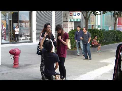 Pegando a su novio en la calle