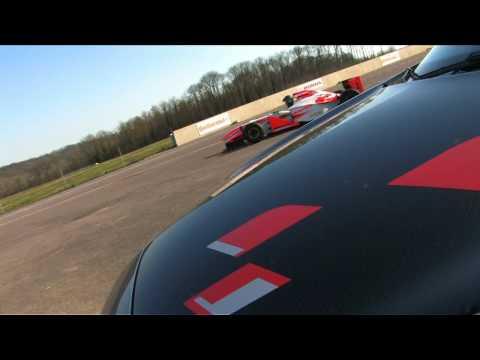 Descendante directe de la Mégane F1 Team R26, la R26R rajoute sans complexe
