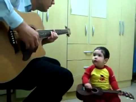 Niño De 2 Años Canta Con Su Papa Y Toca La Guitarra