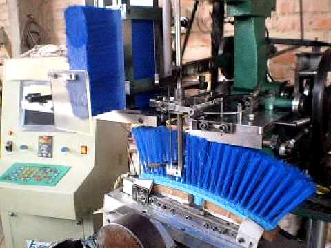 insertadora - Máquina insertadora de escobas con servomecanimos que ofrecen 3 ejes de libertad de movimiento para fabricar escobas y escobillones de forma plana o curva. e...