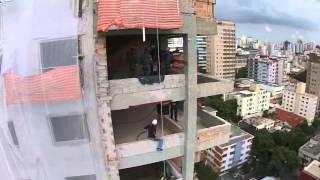 VÍDEO: Bombeiros realizam treinamento de salvamento em altura em BH