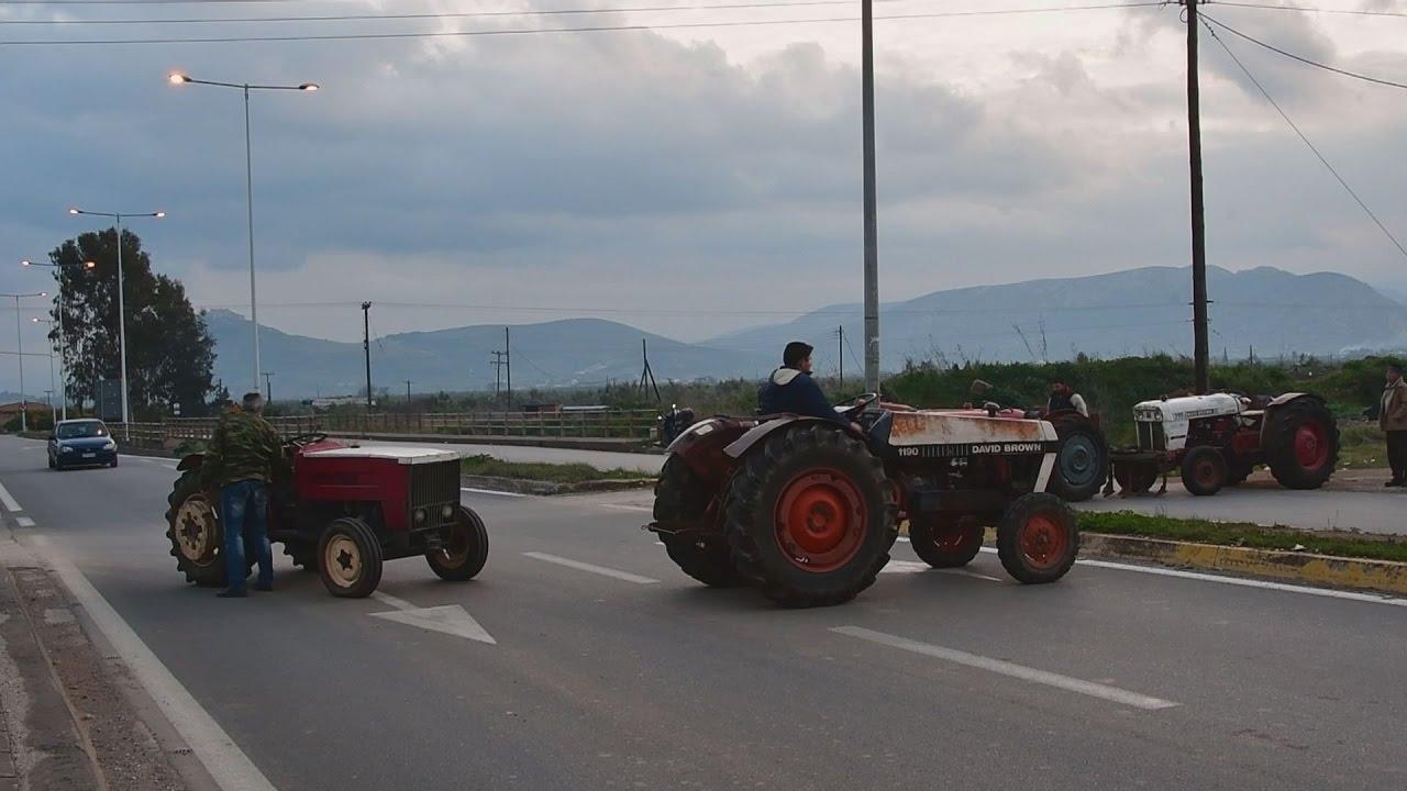 Αγρότες έκλεισαν με τρακτέρ την επαρχιακή οδό Κορίνθου Άργους