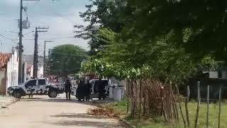 População fecha vias de acesso ao município