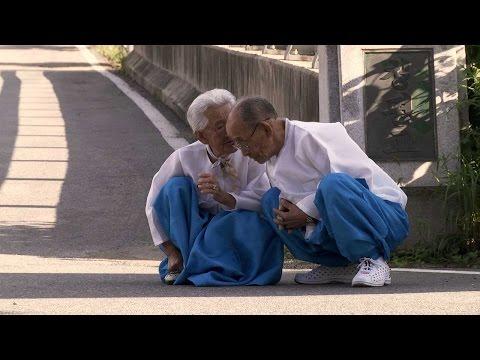 她在14歲時就跟這位年長自己9歲的男人結婚,直到70多年後她卻以「這種方式」送走他…大家淚腺都崩壞了!