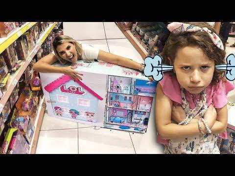 MAMÃE E FILHA BRINCANDO DE COMPRAR A CASA DA LOL NA LOJA DE BRINQUEDOS