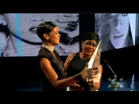 Rihanna-Diva.com – Rihanna receives the Icon Award from her mom at the AMAs