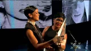 Video Rihanna-Diva.com - Rihanna receives the Icon Award from her mom at the AMAs MP3, 3GP, MP4, WEBM, AVI, FLV Juni 2018