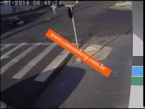 Câmeras de segurança filmam grave atropelamento