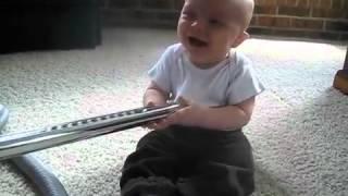 Bebé no puede parar de reírse con la aspiradora