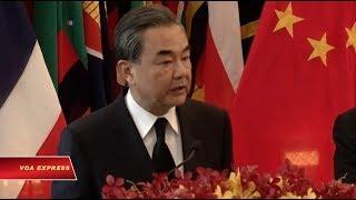 """Tin tức: http://www.facebook.com/VOATiengViet, http://www.youtube.com/VOATiengVietVideo, http://www.voatiengviet.com. Nếu không vào được VOA, xin các bạn hãy vào http://vn3000.com để vượt tường lửa. Ngoại Trưởng Trung Quốc Vương Nghị hôm 24/7 nói Bắc Kinh muốn """"duy trì tình trạng ổn định"""" trên Biển Đông, giữa lúc Bắc Kinh tăng cường nỗ lực nhằm củng cố các liên minh trong khu vực trong bối cảnh căng thẳng tiếp tục tăng trên vùng biển tranh chấp.Hãng tin Reuters dẫn lời ông Vương Nghị phát biểu trong chuyến công du chính thức tới thăm Bangkok, nói rằng Trung Quốc muốn """"duy trì ổn định tại Biển Nam Trung Hoa (Việt Nam gọi là Biển Đông), tuân thủ các điều kiện đã được thỏa thuận trong Tuyên bố về cách ứng xử của các bên ở Biển Đông và một bộ Quy tắc Ứng xử trên biển tương lai.""""Hoa Kỳ chỉ trích Trung Quốc là """"bất chấp luật pháp quốc tế"""" khi tiến hành lắp đất xây đảo và quân sự hóa các đảo nhân tạo trong Biển Đông. Washington cho rằng các hành động đó đã phương hại tới sự ổn định trong khu vực.Thái Lan không phải là một nước tranh chấp chủ quyền và trên nguyên tắc, duy trì lập trường trung lập về vấn đề này.Chuyến đi Thái Lan của ông Vương Nghị diễn ra trước một hội nghị khu vực quy tụ các nước Đông Nam Á ở Manila vào tháng tới. Miêu tả quan hệ giữa hai nước, ông Vương Nghị ví Thái Lan với Trung Quốc """"như hai anh em"""".Ngoại Trưởng Thái Lan Don Pramudwinai cũng hết lời ca ngợi các quan hệ Thái-Trung, nói rằng """"không có vật nào có thể cản trở"""" quan hệ hai nước.Trong năm nay, Thái Lan đã phê chuẩn nhiều thương vụ mua vũ khí của Trung Quốc: gồm nhiều tàu ngầm, xe tăng và máy bay trực thăng giá trị tổng cộng hơn 500 triệu đôla.Tháng trước, chính phủ Thái Lan chấp thuận giai đoạn đầu của một dự án xây một tuyến đường sắt có kinh phí lên tới 5,5 tỉ đôla, nối liền bờ biển phía Đông Thái Lan với miền Nam Trung Quốc, đi ngang qua Lào, như một phần thuộc dự án xây hạ tầng cơ sở khổng lồ của Trung Quốc mang tên """"Vành đai, Con đường"""".Người đứng đầu tập đoàn quân sự cầm quyền ở Thái La"""